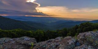 在小山的日落- Shenandoah 库存照片