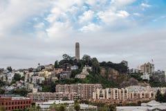 在小山的旧金山塔 库存照片