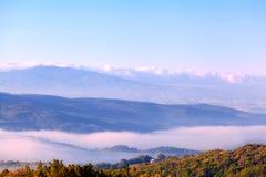 在小山的早晨雾 免版税图库摄影