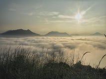 在小山的早晨 免版税库存图片