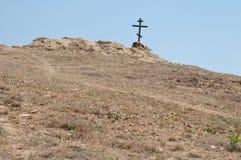 在小山的木十字架 免版税库存照片