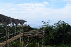 在小山的木桥梁 免版税库存照片