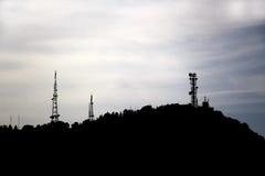 在小山的电信天线 免版税库存图片