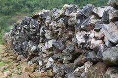 在小山的石墙 库存图片