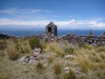 在小山的纪念碑在isla taguile在lago titicaca 库存图片