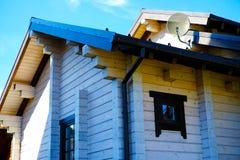 在小山的美丽的原木小屋与Windows 库存图片
