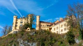 在小山的美丽的经典城堡 库存照片