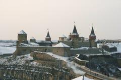 在小山的美丽的老城堡在冬天 库存照片