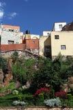 在小山的美好的五颜六色的墨西哥建筑学 库存图片