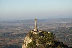 在小山的美好的十字架 免版税库存图片