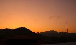 在小山的美好的日出视图 库存图片