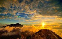 在小山的美好的日落 免版税图库摄影