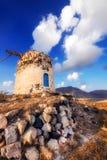 在小山的老风车废墟在圣托里尼海岛 免版税库存图片
