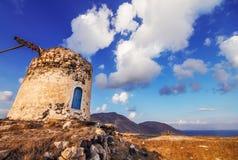 在小山的老风车废墟在圣托里尼海岛 库存图片