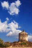 在小山的老风车废墟在圣托里尼海岛 库存照片