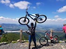在小山的自行车 免版税图库摄影