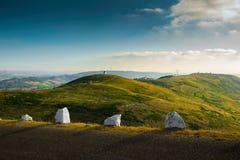 在小山的葡萄牙风车 库存图片