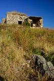 在小山的被放弃的废墟 库存照片