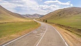 在小山的路 免版税库存图片