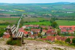 在小山的长凳在一个小镇的背景中 图库摄影