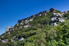 在小山的阿拉伯摩尔人城堡 葡萄牙sintra 免版税库存照片