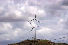 在小山的风车 库存照片