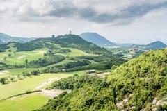 在小山的绿色高尔夫球领域 库存图片