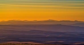 在小山的阴霾在日落 免版税库存图片