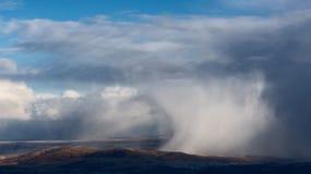 在小山的暴风雪 免版税库存照片