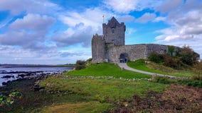 在小山的Dunguaire城堡在戈尔韦郡,爱尔兰 库存照片