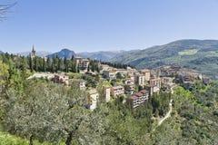 在小山的Montefranco村庄,意大利,在春天期间 库存照片