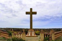 在小山的Religouse十字架 免版税库存图片