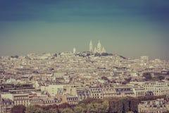 在小山的Sacre Coeur大教堂在巴黎 免版税库存图片