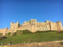 在小山诺森伯兰角- Bamburgh的城堡 库存图片