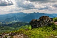 在小山边缘的巨大的石头 免版税库存图片