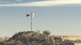 在小山顶的土气风车在华盛顿州 库存图片