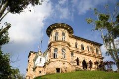 在小山顶的老城堡 免版税库存照片