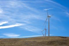 在小山顶部的三台风轮机 库存照片