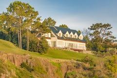 在小山顶部的典雅的豪宅 免版税库存图片