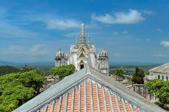 在小山顶部的古老国王宫殿 库存图片