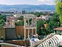 在小山顶部的古老罗马圆形剧场 免版税库存照片