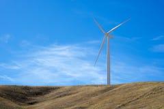 在小山顶部的唯一风轮机 免版税库存照片