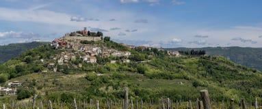 在小山顶部的城市莫托文在Istria 库存照片