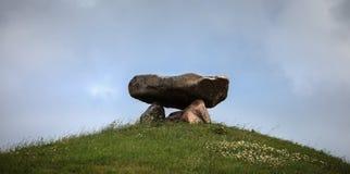 在小山顶部的大石头结构 免版税图库摄影