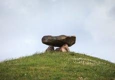在小山顶部的大石头结构 库存图片