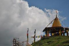 在小山顶部的寺庙在路线Rohtang通行证Manali 库存照片