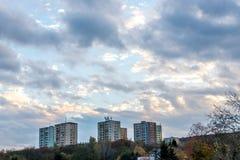 在小山顶部的少量活动房屋在11月在布拉索夫,斯洛伐克 免版税库存照片