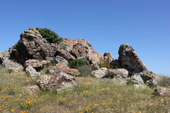 在小山顶部的岩石露出 免版税库存照片
