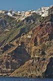 在小山顶部的村庄,圣托里尼海岛,希腊 库存照片