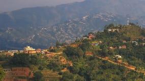 在小山顶部的村庄 免版税库存照片